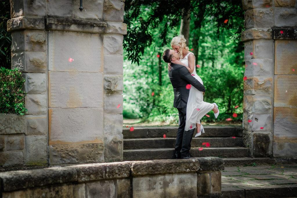 Braut mit High Heels am Tempel in der Natur