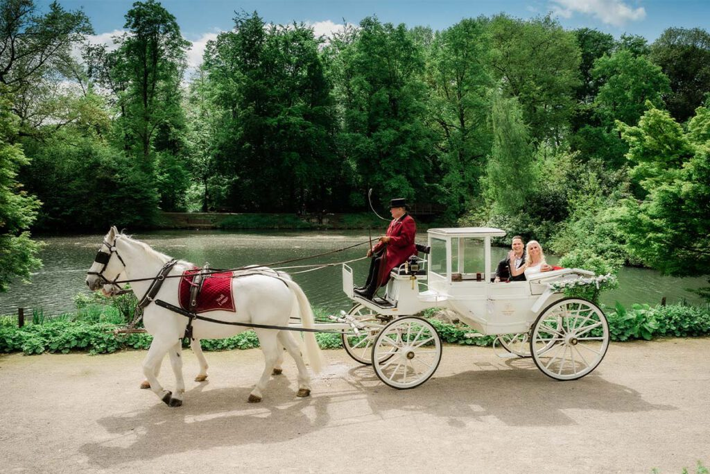 Pferde mit Hochzeitskutsche Wasserschloss Wittringen