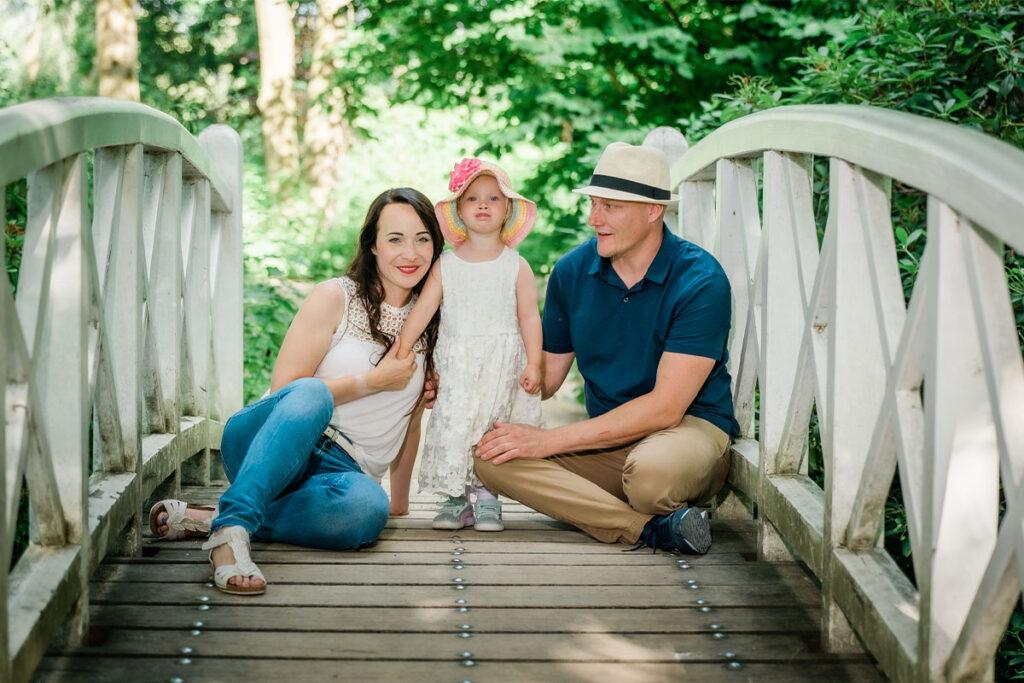 glückliche Familie auf einer Treppe mit Kind