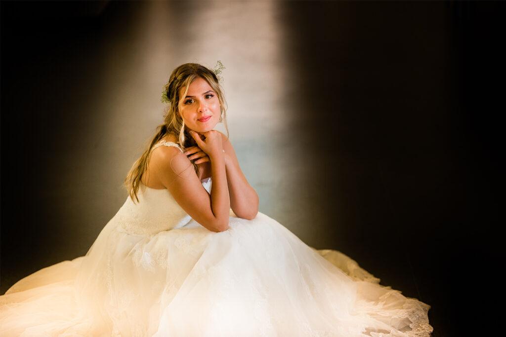 junge Frau im Brautkleid im Hotelflur
