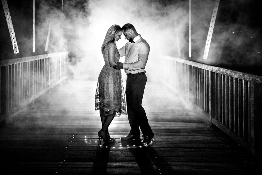 Verliebtes Paar auf der Brücke im Nebel