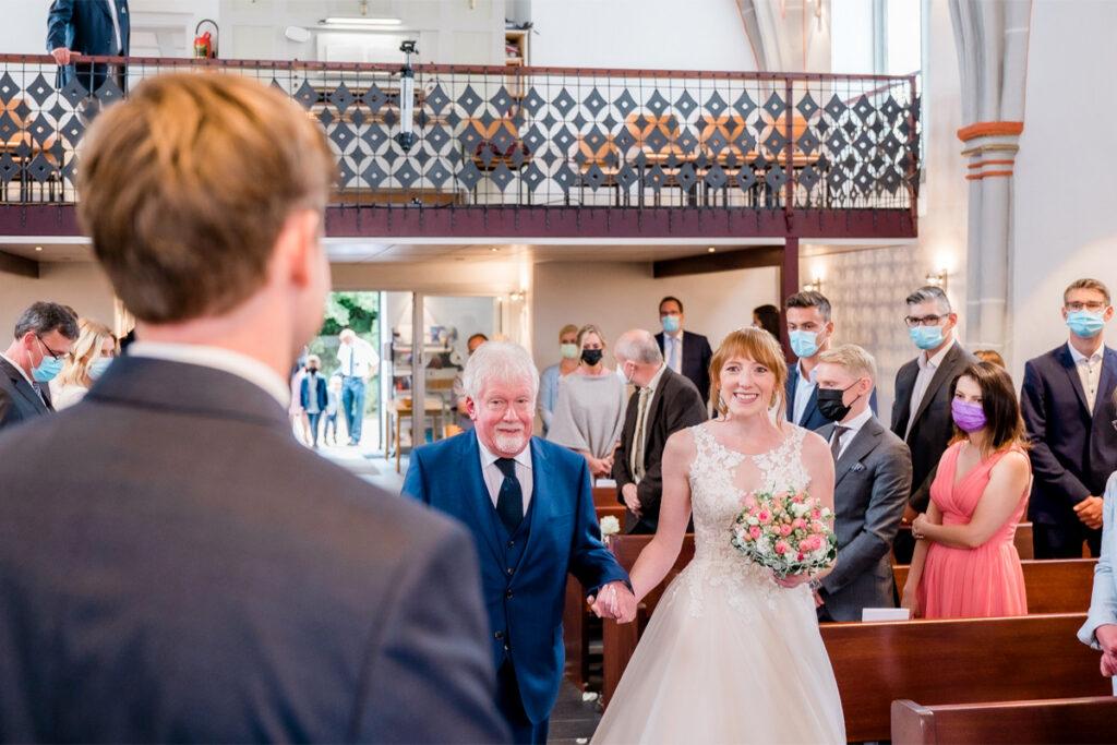 Einzug in der Kirche zu Hochzeitszeremonie