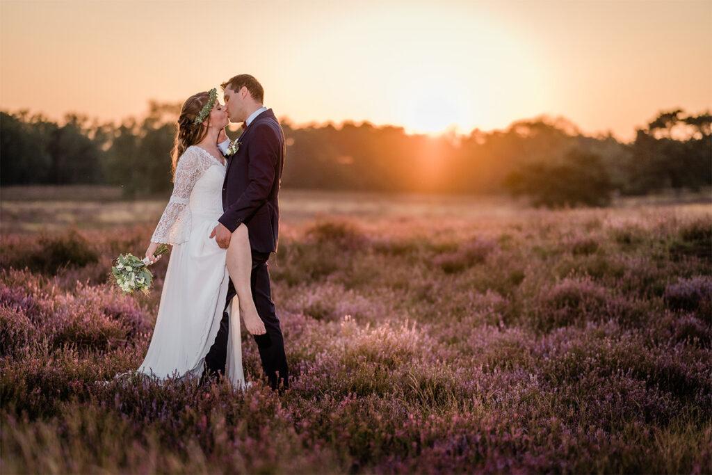 Junges Hochzeitspaar Erotik in der Heide