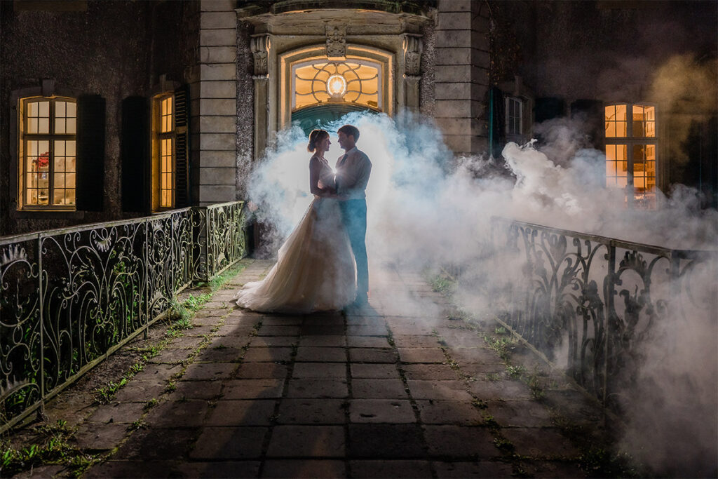Wasserschloss Hackhasuen Hochzeitspaar steht Abends auf der Brücke